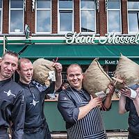 """Nederland, Rotterdam, 28 juni 2016.<br /> <br /> De Stichting Zeker Zeeuwse Streekproduct viert de nieuwe oogst van de echte Zeeuwse bodemcultuurmosselen op dinsdag 28 juni met de overhandiging van de eerste baal aan visrestaurant Kaat Mossel in Rotterdam met het 'Zeker Zeeuws Streekproduct'-certificaat.<br /> <br /> The Foundation Certainly Zeeland Regional product celebrates the new crop of real Zeeland soil culture mussels on Tuesday, June 28th with the presentation of the first bale seafood restaurant Kaat Mossel Rotterdam with the """"Sure Zeeland Streekproduct' certificate.<br /> <br /> Foto: Jean-Pierre Jans"""