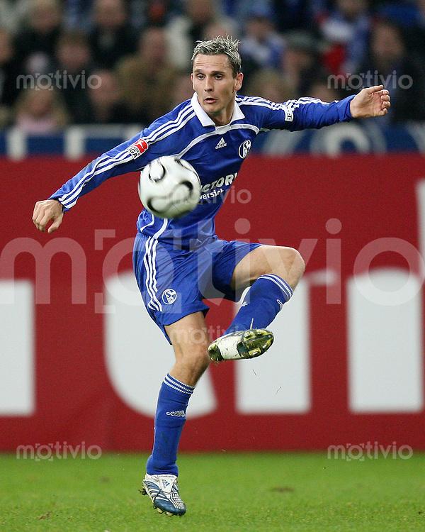 Fussball  1. Bundesliga  Saison 2006/2007 Peter LOEVENKRANDS (FC Schalke 04), Einzelaktion am Ball