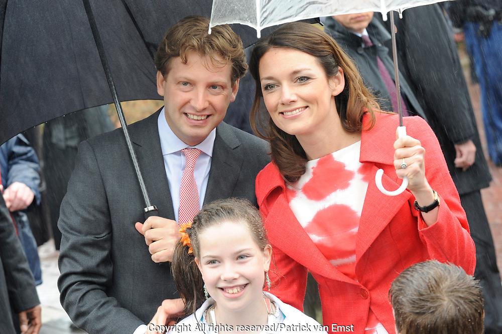 Koninginnedag 2010 . De Koninklijke familie in het zeeuwse Wemeldinge. / Queensday 2010. The Royal Family in Wemeldinge<br /> <br /> op de foto / on the photo : Prins Floris en Prinses Aimee