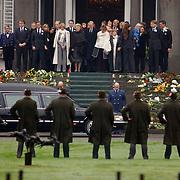 Overbrengen lichaam van overleden prins Bernhard van paleis Soestdijk, lijkwagen, gehele Koninklijke familie en kinderen, Beatrix, Irene, Christina en Magriet op het bordes