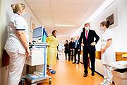 DEN HAAG, 29-10-2020, HMC Westeinde<br /> <br /> Werkbezoek van Koning Willem Alexander aan het Haaglanden Medisch Centrum (HMC), locatie Westeinde waar de Koning op de hoogte wordt gebracht van de stand van zaken aan de hand van de dagelijkse situatie rapportage en een bezoek brengt aan de COVID-19 sectie van de afdeling C-10 Long- en Interne geneeskunde.<br /> <br /> Working visit of King Willem Alexander to the Haaglanden Medical Center (HMC), location Westeinde, where the King is informed of the state of affairs on the basis of the daily situation report and a visit to the COVID-19 section of the department C-10 Lung and Internal Medicine.