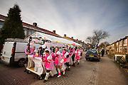 Een carnavalsgroep in Zevenaar duwt de wagen terug na afloop van de optocht.<br /> <br /> A group is pushing their wagon back at the end of the carnival parade in Zevenaar.