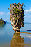 Thailande, province de Phang Nga, parc national Ao Phang Nga, ile de Ko Khao Phing Kan, Ko Tapu, le rocher de James Bond (l homme au pistolet d or)  // Thailand, Phang Nga Bay, Ao Phang Nga national parc, Ko Khao Phing Kan island, Ko Tapu rock or James Bond rock