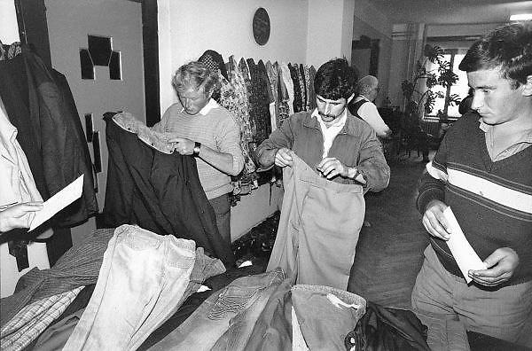 Hongarije, Boedapest, 2-6-1989Hulpverlening aan vluchtelingen van de Hongaarse minderheid uit Roemenie. De Roemeense regering probeerde de Hongaarse minderheid hun culturele identiteit af te nemen door dorpen te slopen en de bewoners te herhuisvesten. Velen gingen berooid naar Hongarije.Asielzoekers uit communistisch oost-europa voor de val van de muur.Foto: Flip Franssen/Hollandse Hoogte