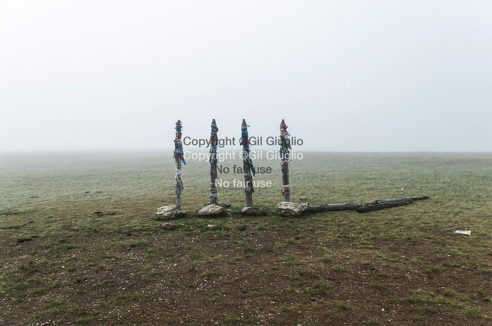 Russie, Sibérie, Lac Baïkal inscrit au Patrimoine mondial de l'Humanité par l'Unesco, île d'Olkhone, poteaux symboliques de chamanisme, nord-est de l'île// Russia, Siberia, Baikal lake at the World Heritage by Unesco, north-east of island