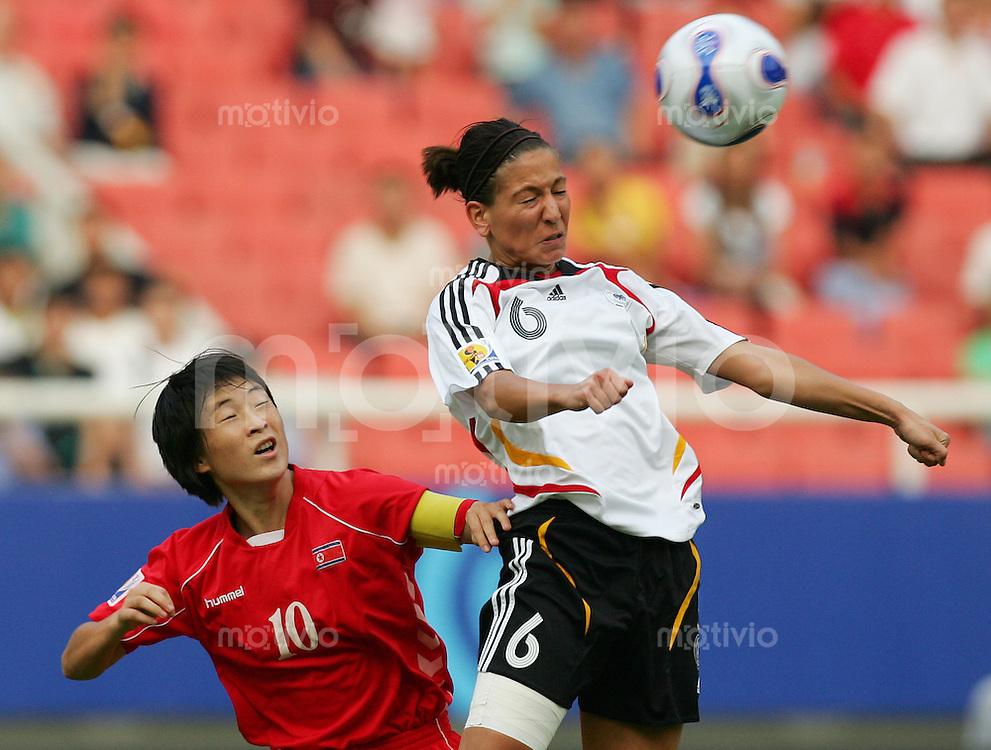 Fussball International Frauen WM China 2007  Deutschland - Nordkorea Germany - Korean DPR Linda BRESONIK (GER, r) gegen RI Kum Suk (PRK).