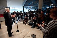 27 JAN 2009, BERLIN/GERMANY:<br /> Frank-Walter Steinmeier, SPD, Bundesaussenminister, gibt ein Statement zur Verabschiedung des Konjunkturpakets II im Kabinett, vor Beginn der SPD Fraktionssitzung, Deutscher Bundestag<br /> IMAGE: 20090127-02-003<br /> KEYWORDS: Wirtschaftskrise, Finanzkrise, Kamera, Camera, Journalist, Journalisten