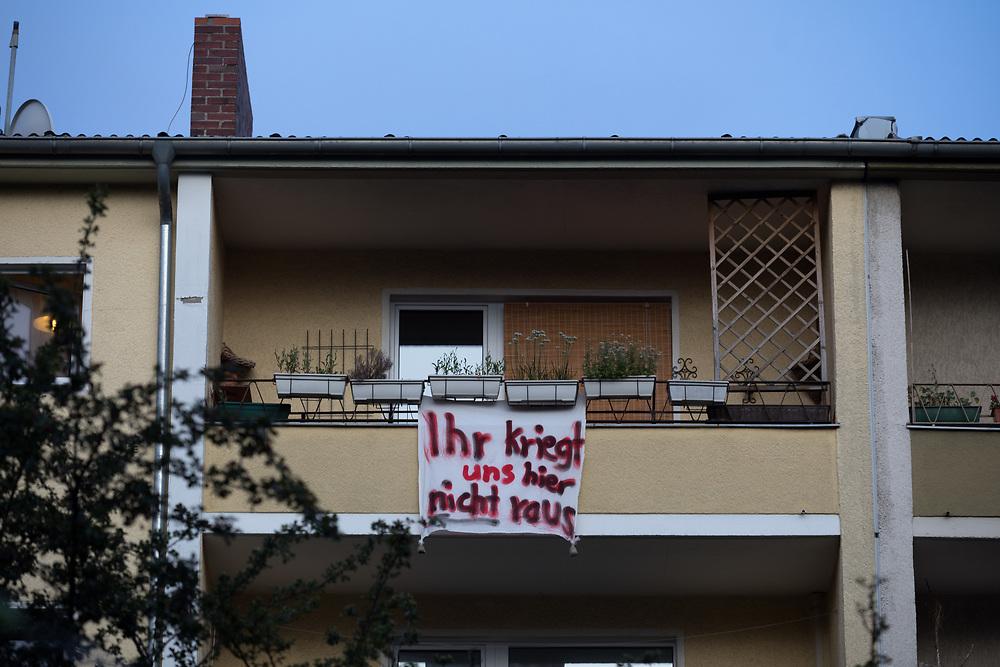 Kundgebung der Mieterinitiative Bizim Kiez vor den Häusern Cuvrystrasse 44 / 45. Nach dem Tod des bisherigen Vermieters wurde das Haus von der Erbin an einen privaten Investor verkauft werden. Die Bewohner des Hauses, das noch mit Ofenheizunge geheizt wird fürcheten Sanierungen und Verdrängung durch steigende Mieten. Der Bezirk Friedrichsain-Kreuzberg prüft aktuell die Möglichkeit, von dem Vorkaufsrecht Gebrauch zu machen. Banner an einem Balkon: Ihr kriegt uns hier nicht raus.<br /> <br /> <br /> [© Christian Mang - Veroeffentlichung nur gg. Honorar (zzgl. MwSt.), Urhebervermerk und Beleg. Nur für redaktionelle Nutzung - Publication only with licence fee payment, copyright notice and voucher copy. For editorial use only - No model release. No property release. Kontakt: mail@christianmang.com.]