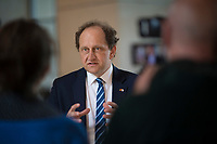 DEU, Deutschland, Germany, Berlin, 19.05.2021: Der stellvertretende FDP-Fraktionsvorsitzende Alexander Graf Lambsdorff bei einem Interview mit einem TV-Team der ARD im Deutschen Bundestag.