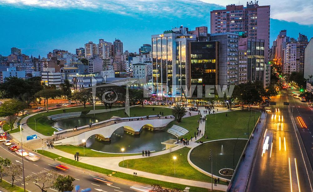 O Monumento aos Açorianos é uma homenagem à chegada, em 1752, dos primeiros sessenta casais açorianos que povoaram Porto Alegre. Foi inaugurado em 26 de março de 1974, aniversário da cidade. A obra possui 17m de altura por 24m de comprimento. <br /> A ponte de pedra, parte integrante do conjunto, foi construída a mando do Conde Caxias, entre 1842 e 1848, durante o período de pacificação da província riograndense, para ligar o centro à zona sul da cidade. FOTO: Jefferson Bernardes/ Agência Preview