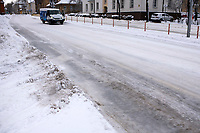 Bialystok, 04.02.2021. Po obfitych opadach sniegu i potem dwudniowej odwilzy, ponowny spadek temperatury zamienil bialostockie ulice w lodowisko. Miejski sztab kryzysowy zobowiazal wszystkie firmy zajmujace sie odsniezaniem miasta do wykorzystania calego sprzetu w walce z zalegajacymi zwalami sniegu. N/z oblodzona ulica Mickiewicza fot Michal Kosc / AGENCJA WSCHOD
