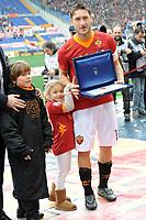 Francesco Totti (Roma) riceve la targa per la presenza in 700 artite con la Roma.<br /> Roma, 19/02/2012 Stadio Olimpico<br /> Football Calcio 2011/2012 <br /> Roma vs Parma<br /> Campionato di calcio Serie A<br /> Foto Insidefoto Antonietta Baldassarre