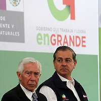 TOLUCA, Mex -  Juan Rafael Elvira Quezada, secretario de SEMARNAT e Ignacio Pichardo Pagaza durante la firma de convenio entre el GEM y SEMARNAT para otorgar cerca de mil millones de pesos para la conservacion y mejora del medio ambiente en la entidad mexiquense. Agencia MVT / Jose Hernandez.