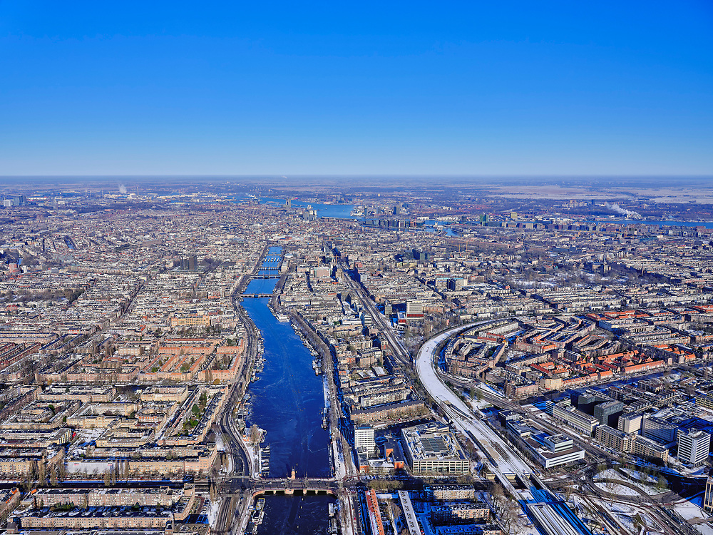 Nederland, Noord-Holland, Amsterdam, 13-02-2021; winter in Amsterdam, zicht op rivier de Amstel. Berlagebrug in de voorgrond<br /> Winter in Amsterdam, view of the Amstel river.<br /> luchtfoto (toeslag op standaard tarieven);<br /> aerial photo (additional fee required)<br /> copyright © 2021 foto/photo Siebe Swart