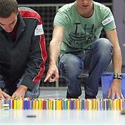NLD/Huizen/20070914 - Kandidaat steentjesleggers voor Domino Day 2007 moeten testen doen, om te kijken of ze geschikt zijn voor het evenement