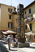 Scultura in bronzo di Arnaldo Pomodoro: obelisco Cassodoro 1988 ...Bronze sculpture of Arnaldo Pomodoro: Cassodoro obelisk 1988