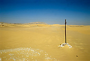 Egypte, Egypt, 15-10-1980Woestijn, dessert, tussen Asiut en El Kharga . Geel znd en blauwe lucht .