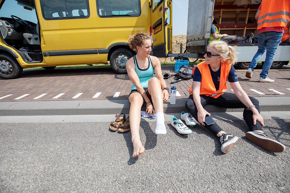Lieke de Cock maakt zich klaar voor de testrit. Op een weg in Delft worden de eerste meters afgelegd met de nieuwe recordfiets, de VeloX 8. In september wil het Human Power Team Delft en Amsterdam, dat bestaat uit studenten van de TU Delft en de VU Amsterdam, tijdens de World Human Powered Speed Challenge in Nevada een poging doen het wereldrecord snelfietsen voor vrouwen te verbreken met de VeloX 8, een gestroomlijnde ligfiets. Het record is met 121,81 km/h sinds 2010 in handen van de Francaise Barbara Buatois. De Canadees Todd Reichert is de snelste man met 144,17 km/h sinds 2016.<br /> <br /> At a road in Delft the team tests the VeloX 8 for the first time. With the VeloX 8, a special recumbent bike, the Human Power Team Delft and Amsterdam, consisting of students of the TU Delft and the VU Amsterdam, also wants to set a new woman's world record cycling in September at the World Human Powered Speed Challenge in Nevada. The current speed record is 121,81 km/h, set in 2010 by Barbara Buatois. The fastest man is Todd Reichert with 144,17 km/h.