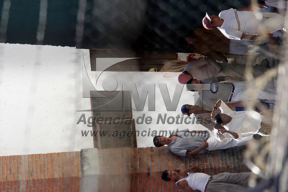 Valle de Bravo, Méx.- Al menos 22 internos del penal estatal de Valle de Bravo que se amotinaron y mantuvieron retenidos a 10 custodios fueron controlados por granaderos de la policia del estado y posteriormente trasladados a diversos penales en el Valle de Mexico. Agencia MVT / Mario Vazquez de la Torre. (DIGITAL)<br /> <br /> NO ARCHIVAR - NO ARCHIVE