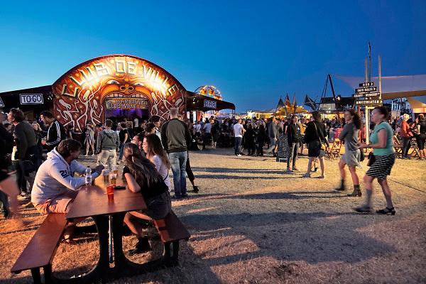 Nederland, The Netherlands, Nijmegen 16-7-2018 Recreatie, ontspanning, cultuur, dans, theater en muziek in de stad. . Onlosmakelijk met de vierdaagse, 4daagse, zijn in Nijmegen de vierdaagse feesten, de zomerfeesten. De vierdaagsefeesten zijn het grootste evenement van Nederland en verbonden met de wandelvierdaagse. Het Lentereiland waar het festival op het, 't eiland gehouden wordt . Overdag zijn er ook voorstellingen voor kinderen en gezin, kindertheater, in de avond dansen en een live optreden, Op deze dag Claw Boys Claw  . Foto: Flip Franssen