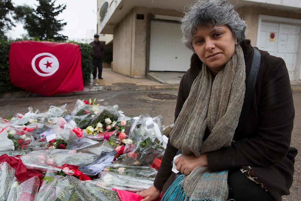 La veuve de Chokri Belaid, Bessma Khalfaoui Belaid, se receuille à l'endroit exacte ou son mari fut assasine le 6/02/2013, devant son immeuble, le lendemain de l'enterrement le 9/02/2013.