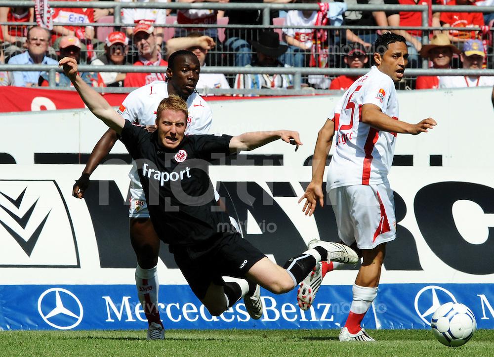 Fussball Bundesliga 31.Spieltag   Saison 2007/2008 03.05.2008 VfB Stuttgart - Eintracht Frankfurt Arthur Boka (Stuttgart,li) und Antonio Da Silva (Stuttgart,re) gegen Marco Russ (Frankfurt, mitte)