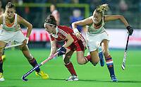 BOOM -  Maartje Paumen (r) in duel met de Engelse Laura Unsworth tijdens de halve finale van het EK hockey tussen de vrouwen van Nederland en Engeland. links Valerie Magis. ANP KOEN SUYK