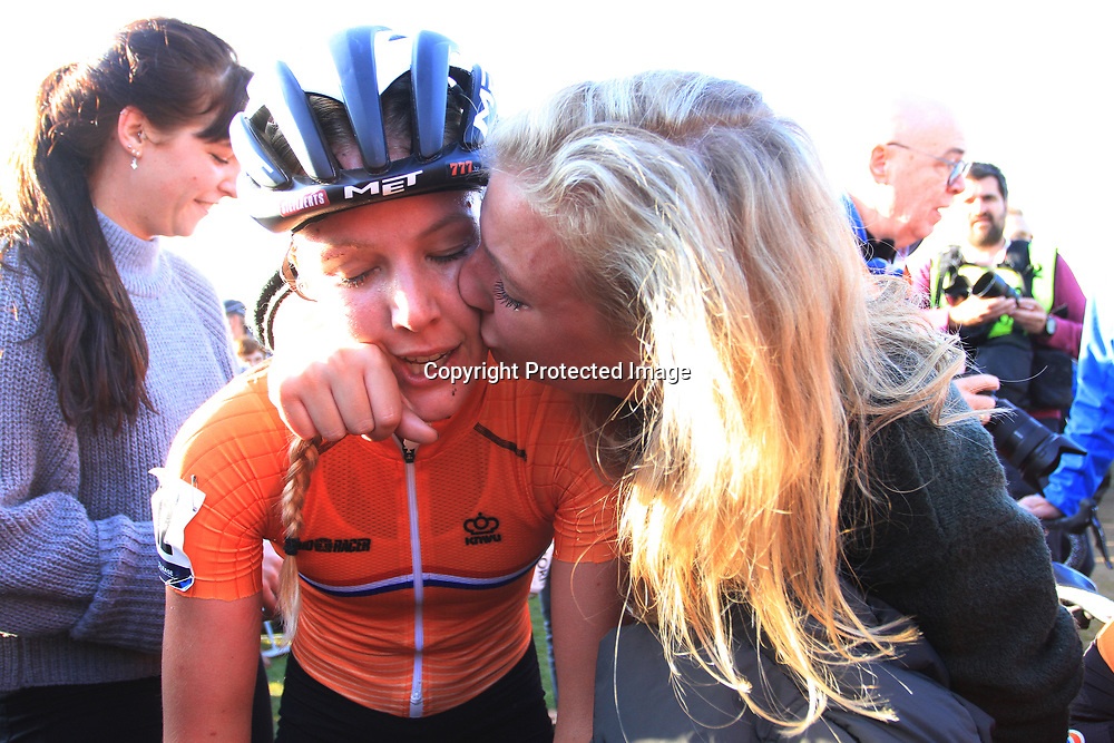 04-11-2018: Wielrennen: EK veldrijden: Rosmalen<br />Annemarie Worst pakt de Europese titel in het veld. Na de wedstrijd deel ze de vreugde met tweelingzus Suzanne