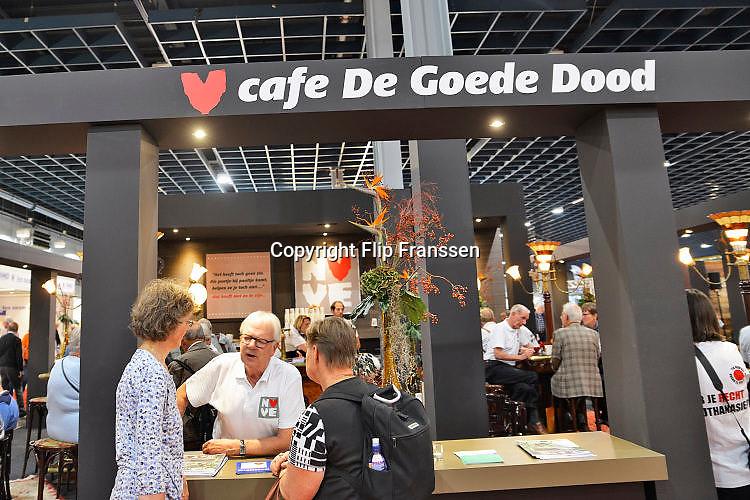 Nederland, Utrecht, 21-9-2017Op de 50plusbeurs staat de NVVE, nederlandse vereniging voor een vrijwillig levenseinde, mey een stad waar ze informatie geven aan bezoekers over het zelf beslissen over je dood.