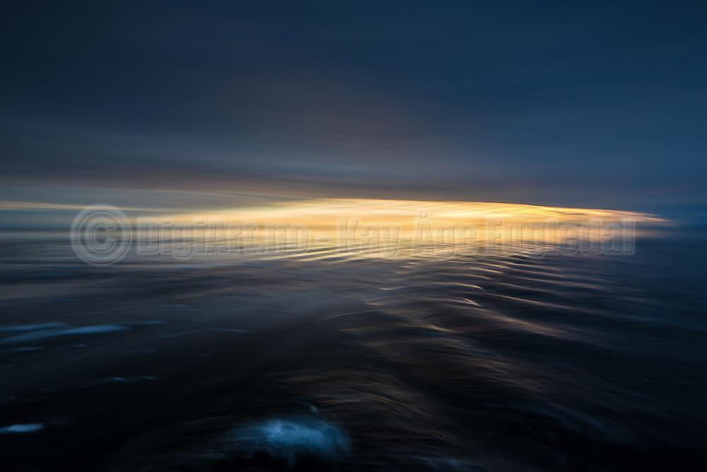 Sunset with reflections in the waves, north of Spitzbergen, slightly panned   Solnedgang med refleksjon i bølgene, nord for Svalbarg. Panorert.