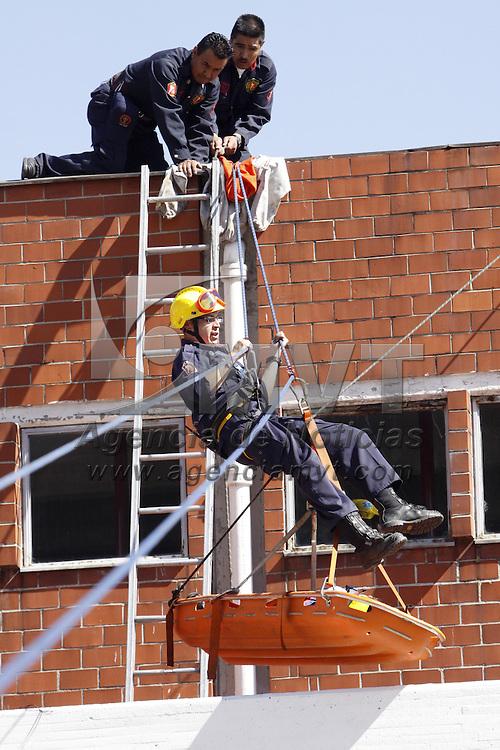 TOLUCA, México.-  El equipo de bomberos de Toluca realiza practicas para la evacuación de personas en condiciones difíciles; esto al iniciar la temporada mas aguda de incendios  por el uso de calentadores, anafres, y otros sistemas de calefacción. Agencia MVT / Crisanta Espinosa. (DIGITAL)