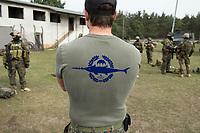 """03 APR 2012, LEHNIN/GERMANY:<br /> T-Shirt mit dem Symbol der Kampfschwimmer, Kampfschwimmer der Bundeswehr trainieren """"an Land"""" infanteristische Kampf, hier Haeuserkampf- und Geiselbefreiungsszenarien auf einem Truppenuebungsplatz<br /> IMAGE: 20120403-01-001<br /> KEYWORDS: Marine, Bundesmarine, Soldat, Soldaten, Armee, Streitkraefte, Spezialkraefte, Spezialkräfte, Kommandoeinsatz, Übung, Uebung, Training, Spezialisierten Einsatzkraeften Marine, Waffentaucher"""
