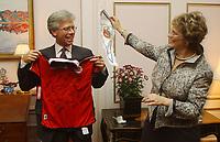 Ambassadør Knut Vollebæk og kona Ellen Vollebæk, har fått landslagsdrakt i gave av Norges Fotballforbund. VM i fotball. Washington, USA. 22. september 2003. (Foto: Peter Tubaas/Digitalsport)