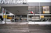 """Der heutige Bahnhof in der polnischen Stadt Oswiecim (Auschwitz). Oswiecim wurde zum Symbol für den unglaublichen und organisierten Massenmord durch die Nazis im 2. Weltkrieg. In Oswiecim befinden sich die Konzentrationslager """"Auschwitz 1"""" und """"Auschwitz 2 (Birkenau)""""."""