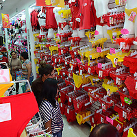 Toluca, México.- Parte de los rituales de año nuevo para la atracción de amor suerte y dinero, es la compra de ropa interior color roja y amarilla, donde mexiquenses acuden a las tiendas en busca de alguna prenda. Agencia MVT / Arturo Hernández.