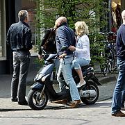 NLD/Laren/20080503 - Peter R. de Vries en partner Angelique Schuitemaker in gesprek met collega John van den Heuvel en partner Mariette van Schie in Laren NH