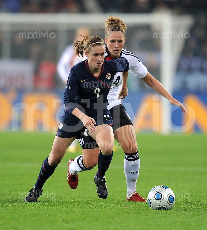 Fussball Laenderspiel :  Saison   2009/2010   29.10..2009 Frauen Nationalmannschaft , Deutschland , GER - USA Kim Kulig (re, GER) gegen Heather O Reilly (li, USA)