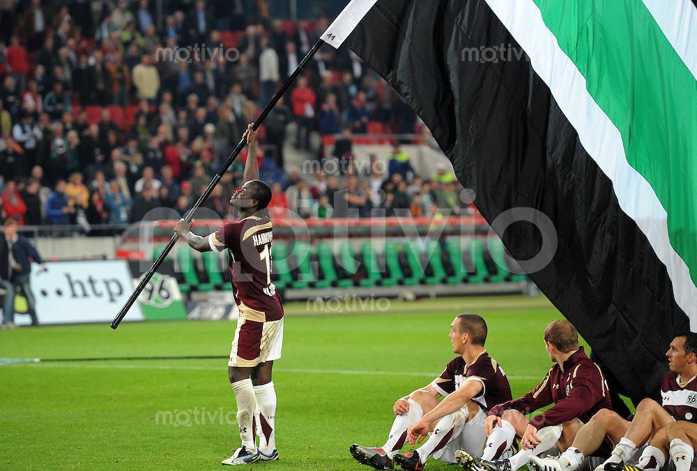 FUSSBALL   1. BUNDESLIGA   SAISON 2010/2011   5. SPIELTAG Hannover 96 - SV Werder Bremen                           21.09.2010 Hoch die Fahne: Torschuetze Didier YA KONAN (Hannover) gibt sich als Fahnenschwenker
