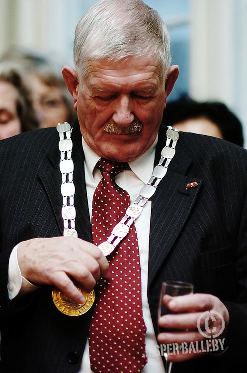 A. P. Hansen takker af med afsløring af portræt og folkefest på torvet med gløgg og æbleskiver.