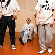 Nederland Rotterdam 3 december 2007 .Rotterdamse scholieren doen maandag mee aan een clinic tijdens de aftrap van het programma Super Fit: de Rotterdamse aanpak voor de bevordering van een gezonde leefstijl voor leerlingen in het Voortgezet Onderwijs. Leerling die nog niet super fit is puft uit na een serie oefeningen. ..Rotterdam lanceert Super Fit in het Voortgezet Onderwijs..Op 3 december 2007 lanceren de wethouders Lucas Bolsius (Sport) en Leonard Geluk (Onderwijs) het programma Super Fit: de Rotterdamse aanpak voor de bevordering van een gezonde leefstijl voor leerlingen in het Voortgezet Onderwijs. Super Fit viert haar officiële kick-off samen met de start van de landelijke dubbel30 Energy Tour, een onderdeel van de campagne 30minutenbewegen. Deze dubbele primeur vindt plaats op het NOVA college-Slinge, Beumershoek 3 Rotterdam.. .noot voor de redactie/niet voor publicatie..Voor meer informatie:.Judith van Oijen, bestuursvoorlichter wethouder Bolsius, Concerncommunicatie Bestuursdienst stadhuis Rotterdam, tel. 010 - 417 3024 of 06 - 22 499 795.Lennart de Jong, bestuursvoorlichter wethouder Geluk, Concerncommunicatie Bestuursdienst stadhuis Rotterdam tel. 010 - 417 3511 of 06 51 523 897.Joyce van der Niet, communicatieadviseur Sport en Recreatie gemeente Rotterdam, tel. 010 - 267 3926 of 06 - 13 268 140.Foto David Rozing