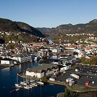 Oversiktsbilde over Flekkefjord sentrum en høstdag.