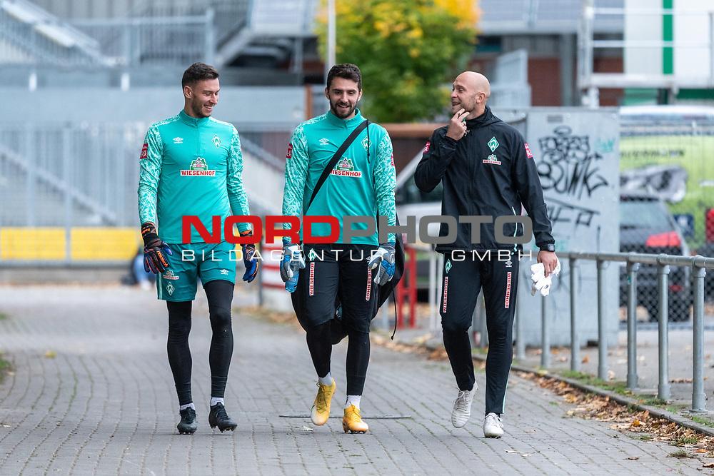 16.10.2020, Trainingsgelaende am wohninvest WESERSTADION - Platz 12, Bremen, GER, 1.FBL, Werder Bremen Abschlusstraining<br /> <br /> <br /> Jiri Pavlenka (Werder Bremen #01)<br /> Stefanos Kapino (Werder Bremen #27)<br /> Christian Vander (Torwart-Trainer SV Werder Bremen)<br /> <br /> Querformat<br /> <br /> <br /> <br /> <br /> Foto © nordphoto / Kokenge