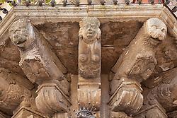 Particolari di un palazzo antico sito di fronte alla chiesa di San Matteo