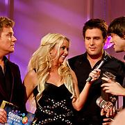 NLD/Hilversum/20101216 - Uitreiking Sterren.nl Awards, Bastiaan Ragas deelt prijs uit aan Nick & Simon die bestemd was voor Jan Smit