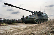 Nederland, Schaarsbergen, 6-4-2006Militairen van de luchtmobiele brigade geven een demonstratie bij Arnhem vanwege hun uitzending naar Uruzgan, Afghanistan. Bij deze oefening, van de Task Force Uruzgan, wordt een konvooi aangevallen door Taliban, guerilla strijders. een voertuig wordt door een bom, explosief langs deweg gestopt. Hierna volgt een vuurgevecht en worden de soldaten ontzet door versterkingen per helicopter, Cougar,en F16 vliegtuigen. Ook werd de Panzer Houwitser 2000, een mobiel kanon, getoond die ook meegaat.Foto: Flip Franssen/Hollandse Hoogte