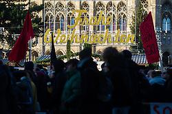 18.12.2017, Ballhausplatz, Wien, AUT, Demonstration gegen die Angelobung der neuen Türkis Blauen Bundesregierung. im Bild Demonstranten am Ring // demonstrations against inauguration of the new government of Austrian Peoples Party and Austrian Freedom Party in Vienn,. Austria on 2017/12/18. EXPA Pictures © 2017, PhotoCredit: EXPA/ Michael Gruber