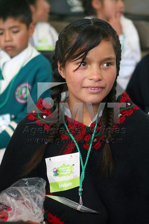 San Felipe del Progreso,  Mex -  Niños indigenas recibieron de manos del goberador Eruiel Avila Villegas apoyos del programa Apadrina un Niño Indigena.   Agencia MVT / Jose Hernandez.