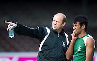 AMSTELVEEN - Pakistan bondscoach  Michel van den Heuvel,  woensdag voor de wedstrijd tegen Engeland  in  de Four Nations Cup in Amstelveen.Van den Heuvel was tot vorig jaar de bondscoach van Oranje. rechts Muhammed Irfan.