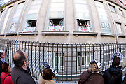 "People ""Hugging"" the Princess Hospital (Madrid) against the privatization of the public health in Spain"