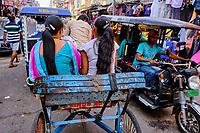 Inde, Delhi, quartier de Paharganj, rikshaw dans la circulation // India, Delhi, New Delhi, Paharganj district, rikshaw in traffic